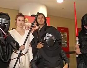 Fãs de Star Wars vão de cosplay aos cinemas para assistir a estréia
